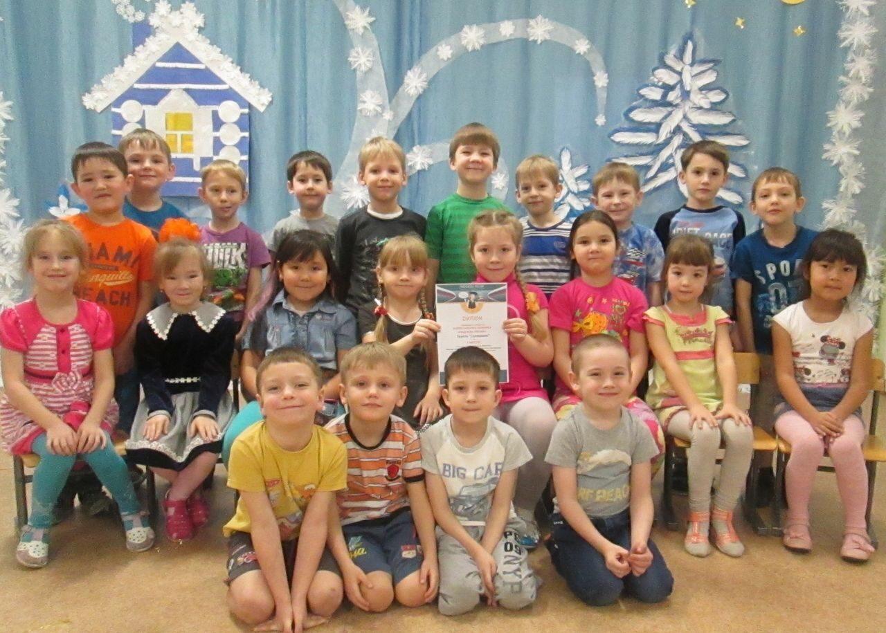 В детском саду групповое фото ребенка